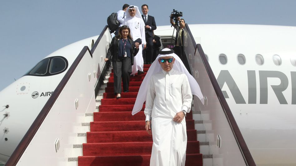 Immer mir nach: Qatar-Airways-Boss Akbar Al Baker (vorn) versprüht Tatendrang. Er hat die Fluglinie aus bescheidenen Anfängen zu Weltgeltung geführt.