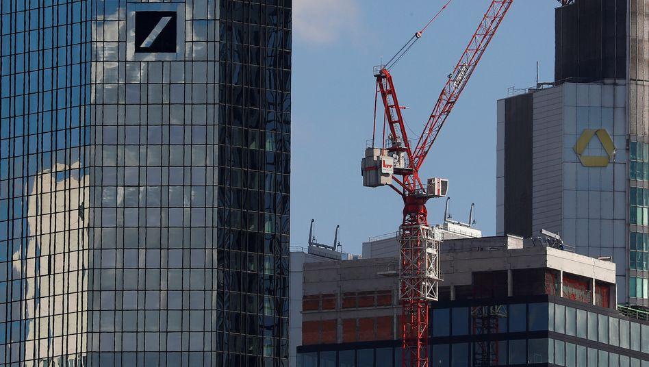 Blick auf die Zentralen von Deutscher Bank und Commerzbank in Frankfurt am Main