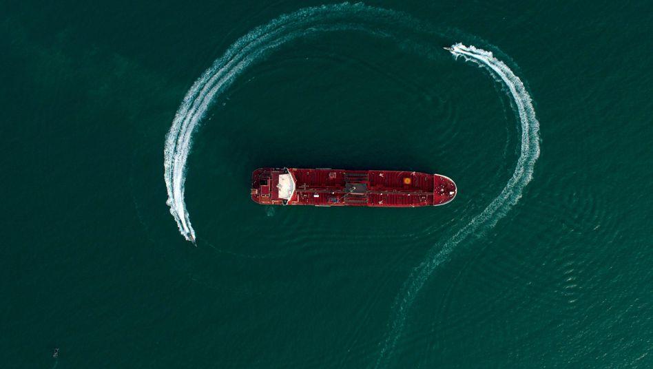 """Öltanker """"Stena Impero"""" in der Straße von Hormus, umkreist von Schnellbooten der iranischen Revolutionsgarden (Archiv): Ein weiter steigender Ölpreis erhöht das Rezessionsrisiko in Deutschland"""