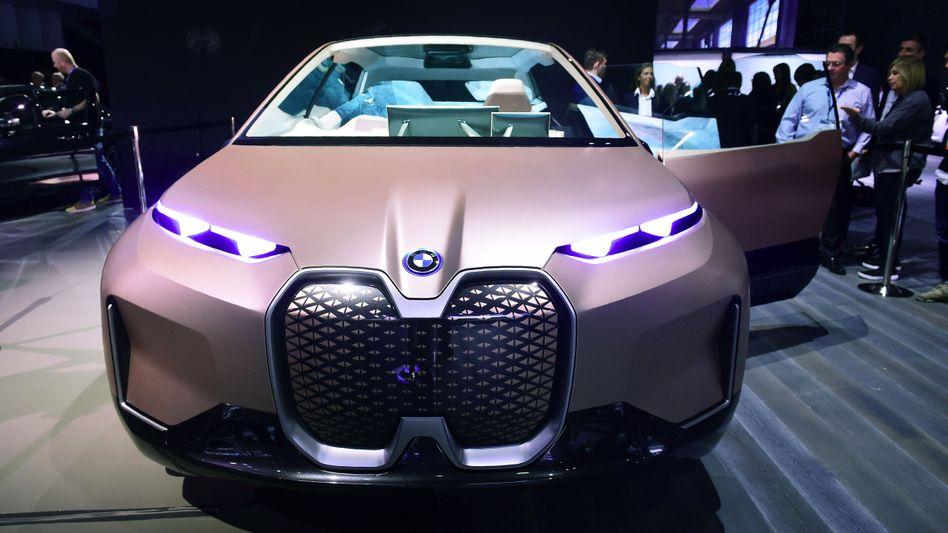 BMW iNext. Als Konzept-Auto wurde das Elektroauto bereits im November 2018 in Los Angeles vorgestellt. 2021 soll der iNext, der auch hochautomatisiert fahren kann, in Dingolfing vom Band rollen
