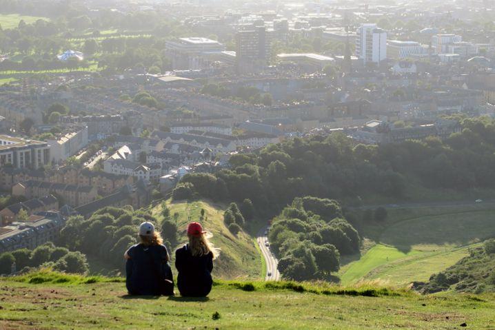 Weite Aussicht über die Stadt: Richtung Westen haben Besucher des Arthurs Seat die Dächer von Edinburgh im Blick.
