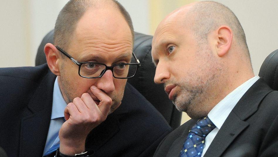 Weiterhin Unruhe im Osten: Übergangspräsident Alexander Turtschinow (rechts, im Gespräch mit Premier Arseniy Yatsenyuk) erwägt ein Referendum
