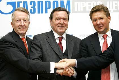 Wichtige Rolle beim Milliardenprojekt:Schröder (m.) zwischenEon-Ruhrgas-ChefBurckhard Bergman (l.)und Gazprom-Chef Alexei Miller