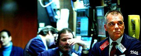 Betretene Gesichter: An der New Yorker Börse fällt der Dow Jones am Freitag auf den tiefsten Stand seit Oktober 2002.