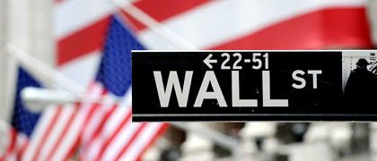 Wall Street: Der Erfolg und die Macht der großen US-Investmentbanken prägten über viele Jahre den Finanzdistrikt und damit auch die New Yorker Börse. Die Ära der großen unabhängigen Investmentbanken ist jetzt vorbei. Entweder sind sie insolvent, unter das Dach einer großen Geschäftsbank geflüchtet oder selbst zur Universalbank geworden.