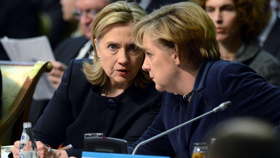 """Bundeskanzlerin Merkel (mit US-Außenministerin Hilary Clinton): """"Lösung von Regionalkonflikten, Rüstungskontrolle und Menschenrechte sind die wichtigen Themen der OSZE"""""""