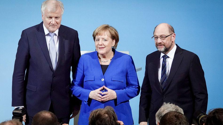 Die ewige Raute und ein verschmitztes Lächeln: Angela Merkel und CSU-Chef Horst Seehofer (l.) durften sich nach den Sondierungsgesprächen als Sieger fühlen. Von diesem Papier wollen viele Unionsmitglieder in den jetzt startenden Koalitionsverhandlungen nicht einen Millimeter abweichen. SPD-Chef Martin Schulz (r.) hat für diese Verhandlungen nur 56 Prozent der Partei hinter sich