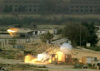 Die Einschläge kommen näher: Granatfeuer auf einen irakischen Posten in den Nähe des Präsidentenpalast