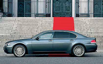 BMW 7er: 170 kW Leistung bietet bereits der am schwächsten motorisierte 730i, der 760i verfügt über 327 kW. Die Linienführung war insbesondere in Deutschland stark kritisiert worden - aufgrund des eigenwillig gestalteten Hecks. Die Verkaufszahlen litten aber nicht spürbar darunter