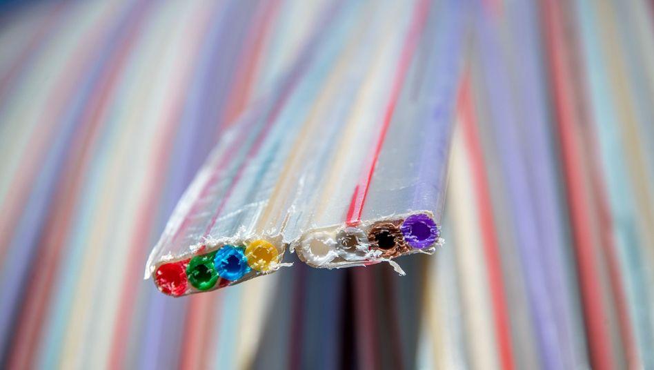 In solchen Kunststoffrohren werden Glasfaserkabel verlegt - wenn sie denn verlegt werden