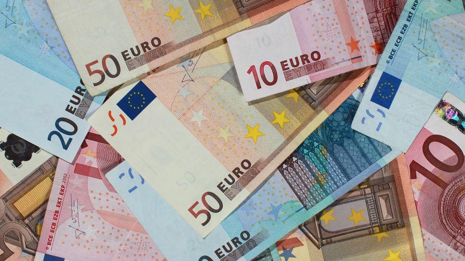 Um knapp 100 Milliarden Euro ist das Geldvermögen (Bares, Wertpapiere, Bankeinlagen) der Deutschen im vergangenen Jahr gestiegen