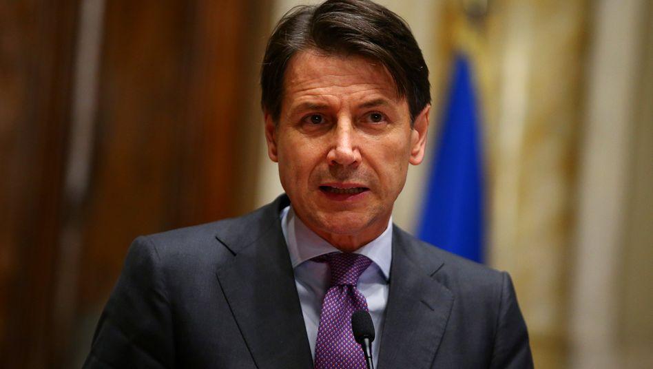 Giuseppe Conte: Nach dem Veto des Präsidenten Mattarella gegen den Euro-Skeptiker Paolo Savona als Wirtschaftsminister ist die Regierungsbildung in Italien gescheitert. Nun sind Neuwahlen oder die Bildung einer Technokraten-Regierung möglich - diese könnte vom Ökonom Carlo Cottarelli geführt werden