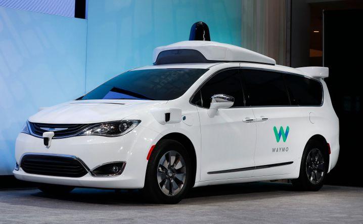 Solche umgebauten Chrysler-Minivans setzt Waymo in seiner Roboterwagen-Testflotte ein