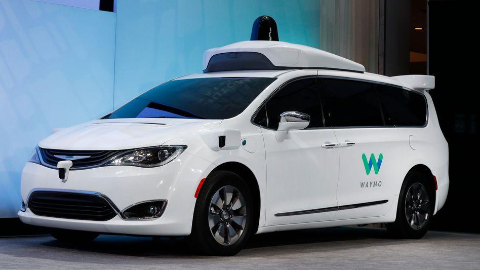 Ein Chrysler Pacifica, umgebaut zum Roboterauto von der Google-Tochter Waymo