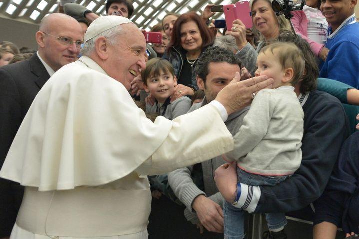 Aua: Da hat der Papst wohl wieder mal zugelangt. Aber nur ganz sanft. Man will ja die Würde wahren.