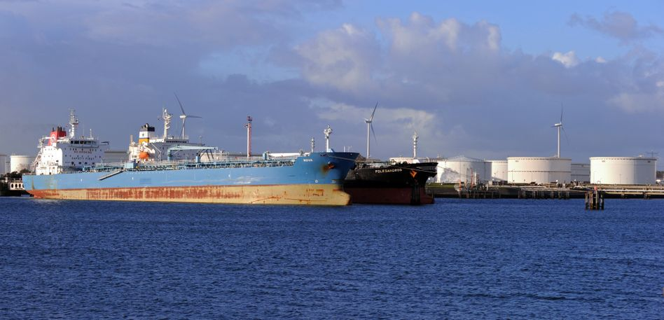 Öltanker in Rotterdam: Die Ölschwemme nützt den Eignern wenig. Tanks an Land sind dagegen gefragt.