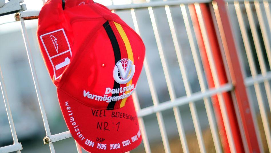 Mütze am Zaun: Weltweit bangen Fans um Ex-Rennfahrer Schumacher