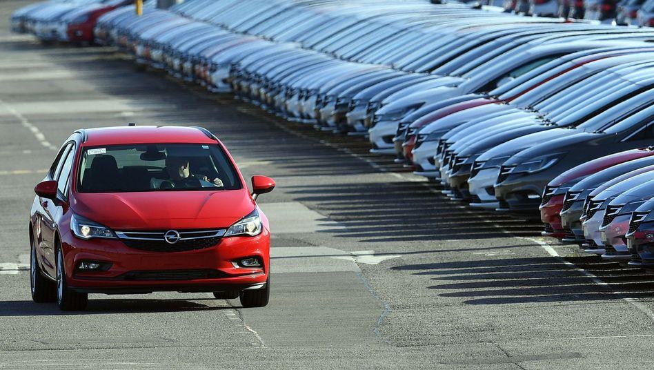 Opel-Fahrzeug vor dem Transport: Die großen Klopper unter dem PSA-Schirm kommen noch - in einigen Jahren