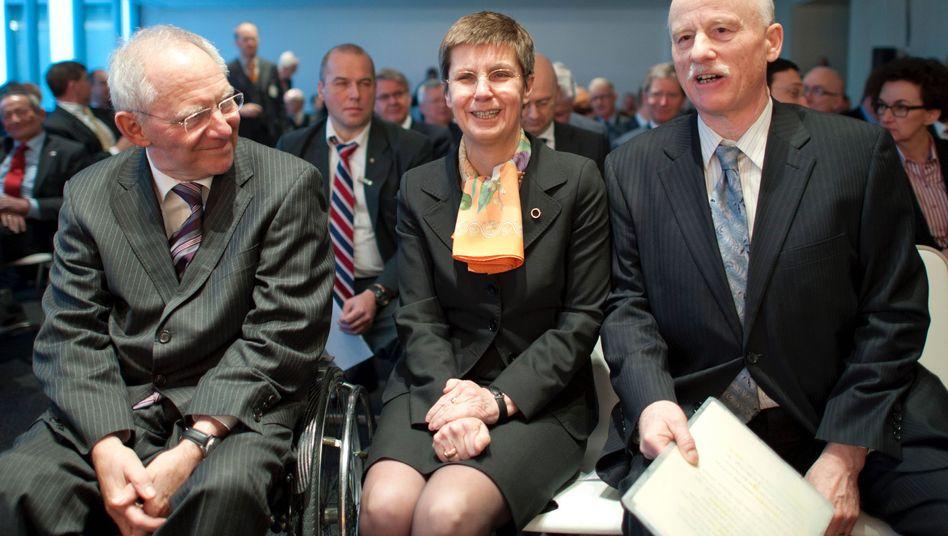 Neuordnung im Verwaltungsrat: Finanzminister Wolfgang Schäuble (links, neben der neuen Bafin-Chefin Elke König und ihrem Vorgänger Jochen Sanio) will den Einfluss der Finanzinstitute auf die Bafin beschneiden