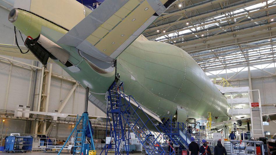 Bau eines Frachtflugzeugs bei Airbus in Frankreich.