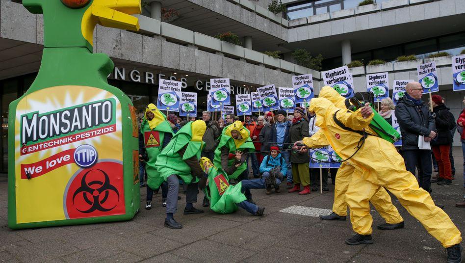 Anti-Monsanto-Demo in Hamburg: Nicht nur Umweltschützer fordern ein Verbot des Unkrautkillers Glyphosat. Auch die SPD-Bundesminister lehnen eine Verlängerung der Zulassung ab und verweisen auf mögliche Gefahren