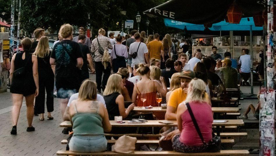 Die Tische vor Kneipen und Restaurants wie hier in Hamburg sind angesichts des extrem warmen Wetters wieder gut besetzt. Die Sicherheitsabstände fallen da nicht selten kleiner aus