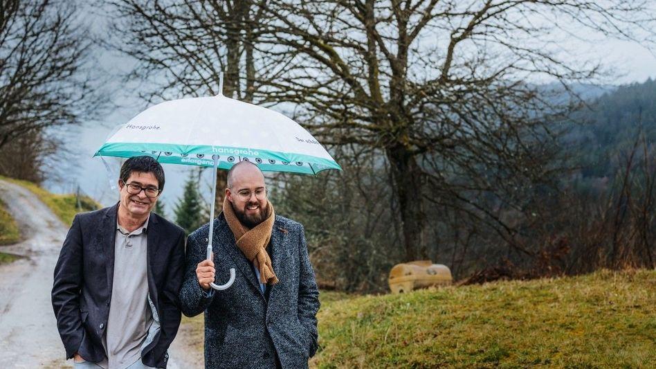 BESCHIRMT UND VERWURZELTRichard (l.) und Jan Nikolas Grohe (Firma Hansgrohe) halten ihre Milliarde im Schwarzwald zusammen