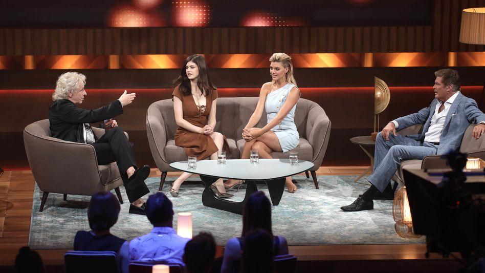Talkrunde: Wem sendet die Dame im hellen Kleid ein Flirtsignal?