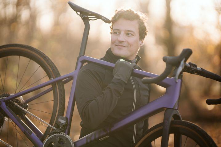 Wer sein Fahrrad liebt, äh: Rose Bikes-Chef Marcus Diekmann mit seinem Trainingsgerät.