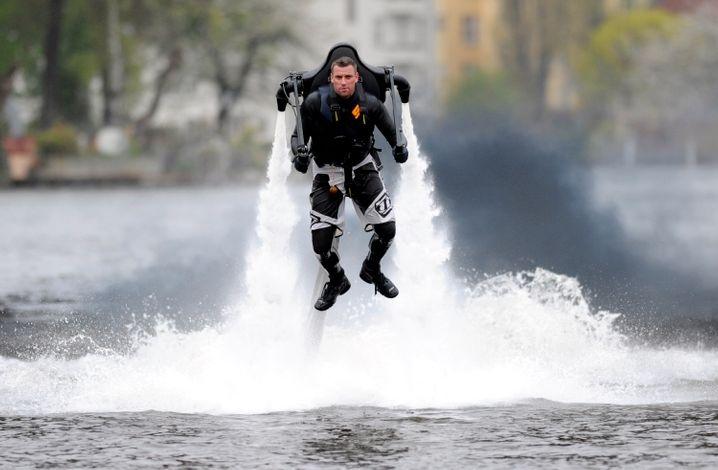Über den Wassern muss die Freiheit wohl grenzenlos sein: Knapp zehn Meter hoch kommt man mit dem Jetlev R 200 - und kann einen beeindruckenden Auftritt vor Angeberyachten hinlegen