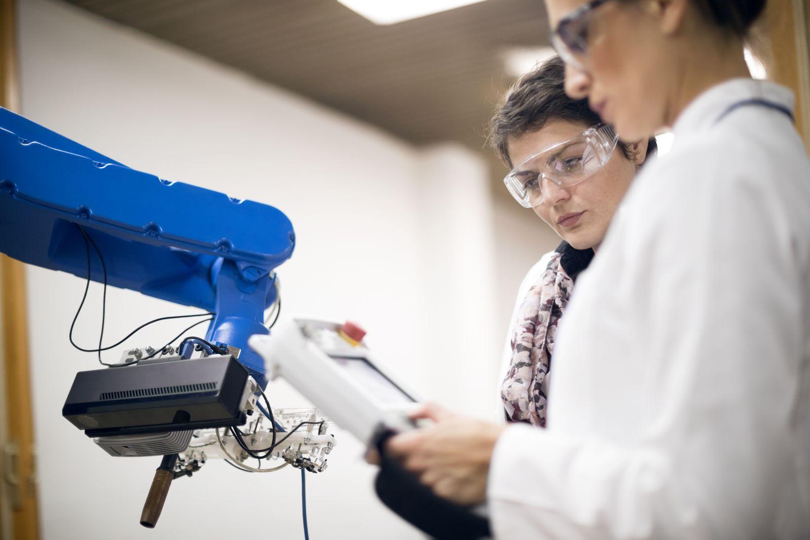 EINMALIGE VERWENDUNG Ingenieurinnen / Roboter / Roboterarm