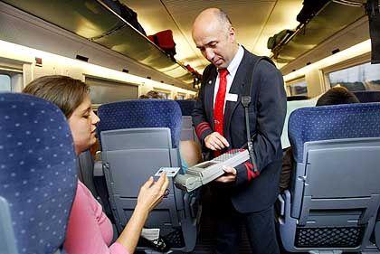 Börsengang auf Kosten des Service? Ein Zugbegleiter beim Ticketverkauf