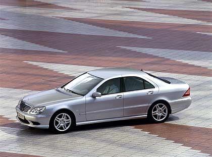 Mercedes S-Klasse: Wenn in diesem Herbst die IAA in Frankfurt ihre Tore öffnet, steht der Messe-Star schon fest, die neue S-Klasse aus dem Hause Daimler. War die Präsentation der Staatskarosse bisher schon immer ein Ereignis an sich, zieht die nächste S-Generation diesmal noch mehr Aufmerksamkeit auf sich. Gilt es doch, das arg ramponierte Image der Stern-Flotte aus Stuttgart wieder aufzupolieren. 2004 verkaufte sich die S-Klasse mit etwas mehr als 7000 Fahrzeugen (minus 29 Prozent gegenüber Vorjahr) in Deutschland schlechter als der 7er von BMW.