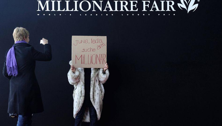 Reichenmesse in München: Die junge Dame sollte sich eher in Singapur vor die Tür stellen