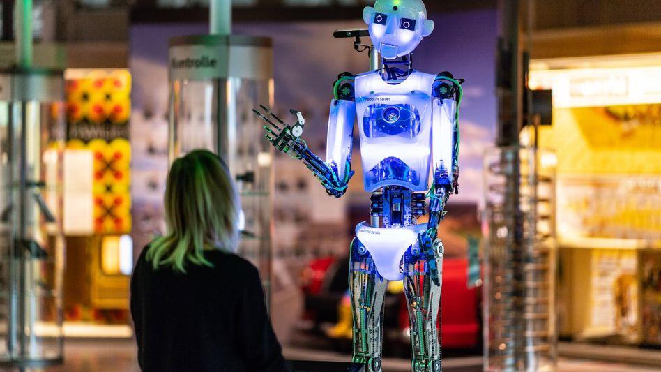 """Hallo! Der """"freundliche"""" Roboter ist nur ein Stereotyp von Künstlicher Intelligenz. KI hat das Zeug, in alle Lebensbereiche einzugreifen, und die Gesellschaft wird dann auch ganz grundlegende Fragen beantworten müssen."""