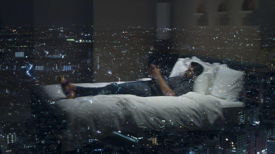 Schlaflos in Tokio: Der Mann im Hotelbett ist der Fotograf Alec Soth, hier freiwillig wach – anders als viele Manager