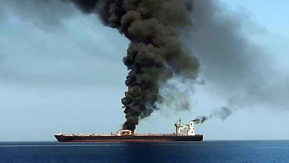 Brennender Tanker im Golf von Oman