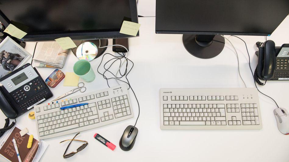 Chaos oder Leere? Der Chef darf festlegen, wie es auf dem Schreibtisch auszusehen hat. Von einer festen Ordnung profitieren oft aber auch die Mitarbeiter.