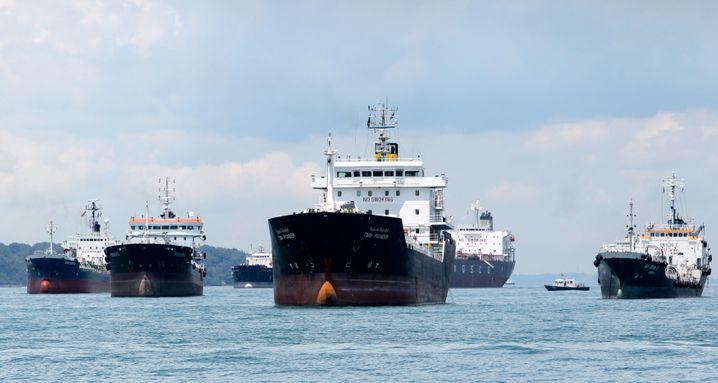 Tankschiffe vor Singapur: Riesige schwimmende Speicher warten auf steigende Preise