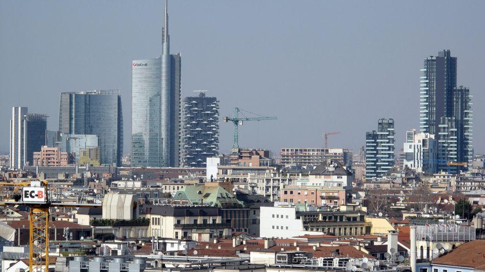 Blick auf die Skyline des Stadtteils Porta Nuova mit dem hohen Torre (Tower) Unicredit (Mitte) in Mailand. Foto: Nicole Becker/dpa