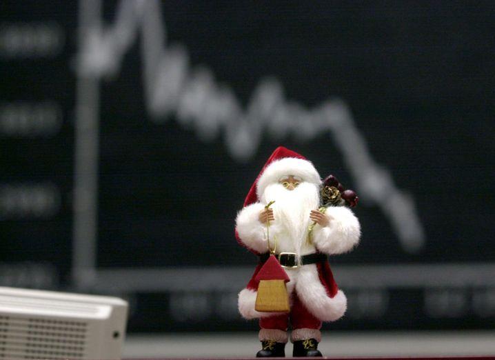 Eigentlich nicht so lustig: Weihnachtsmannpuppe vor fallender Dax-Grafik in Frankfurt.