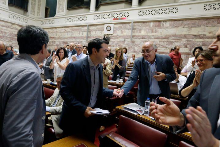 Bester Laune: Das Parlament dürfte die Reformvorschläge heute durchwinken. Tsipras (im Bild mit Parlamentspräsident Amanitidis) kann auch auf Unterstützung der Opposition zählen