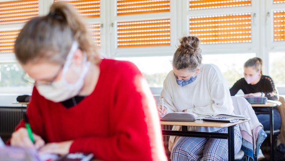 Schülerinnen im Klassenzimmer: Die Kultusminister empfehlen den Ministerpräsidenten und der Bundesregierung, dass alle Schüler vor den Sommerferien zumindest tageweise wieder die Schule besuchen sollen