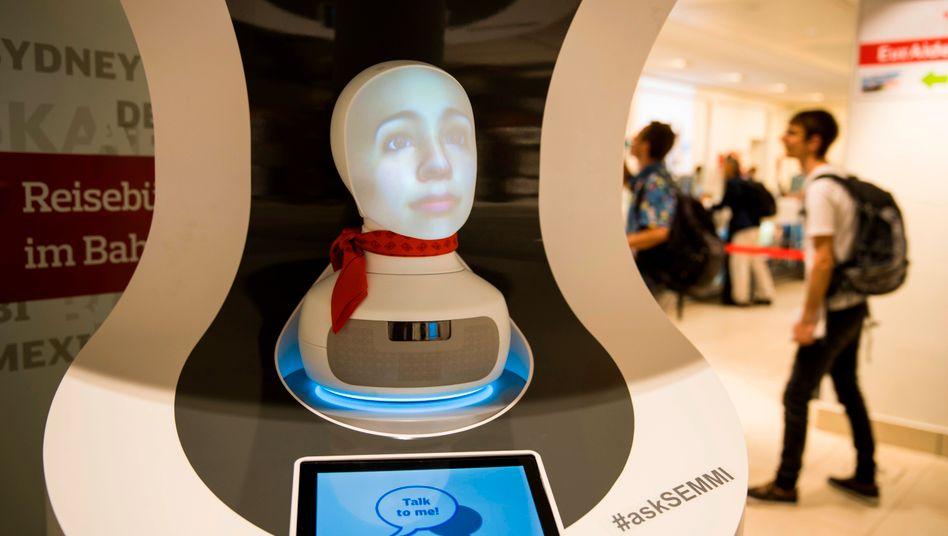 Auskunftsroboter Semmi: In den nächsten sechs Wochen können die Reisenden auch diesen Servicemitarbeiter nach der nächsten Verbindung fragen