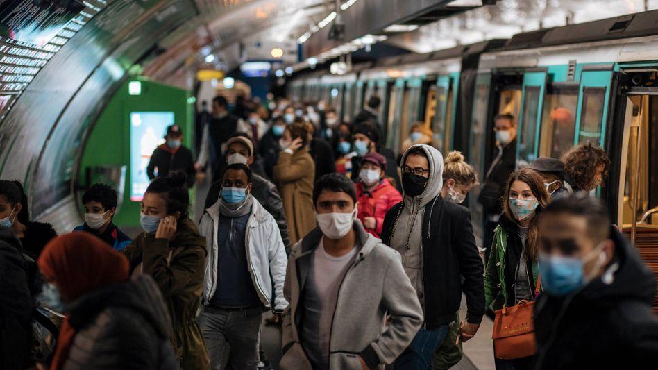 Passagiere der Pariser Métro am Sonntag