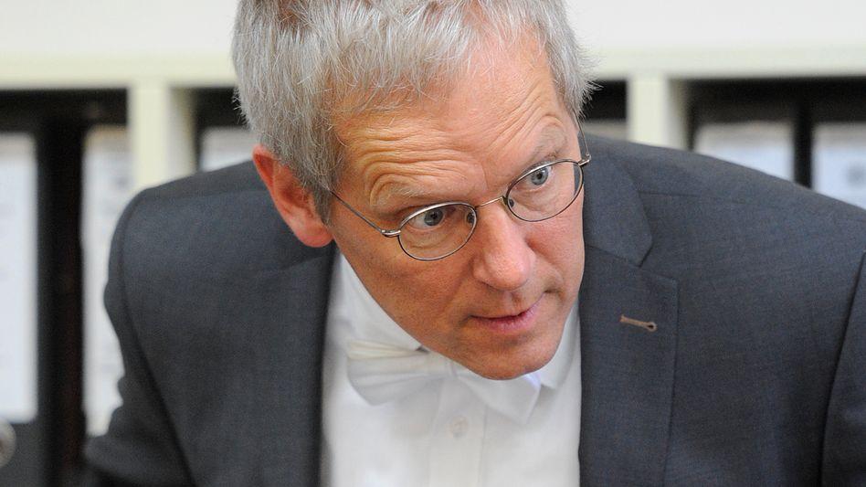 """""""Jetzt stell ich mal als kleiner Strafrichter die dumme Frage: War das nicht ein Geständnis?"""": Im Deutsche-Bank-Prozess zweifelt der Vorsitzende Richter Peter Noll die Aussagen eines der Angeklagten an"""