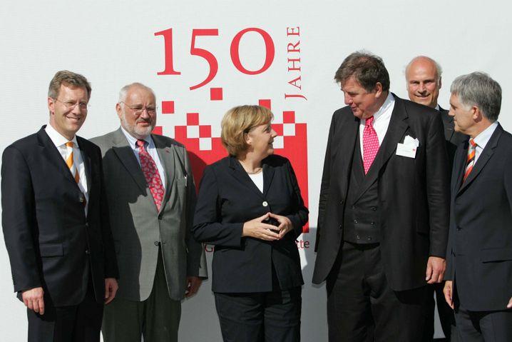 Peter van Hüllen (2.v.l.) und Jürgen Großmann (4.v.l.) mit Kanzlerin Merkel (Archivbild)