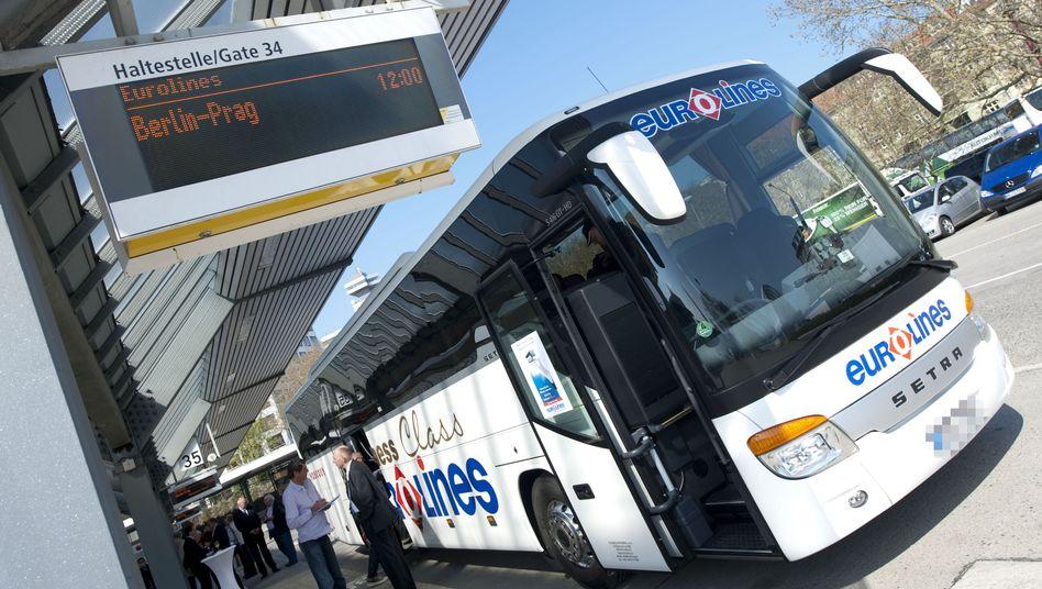 Ein Vier-Sterne-Linienbus der Eurolines Deutschland GmbH am Zentralen Omnibusbahnhof in Berlin: Ab 2012 soll der Busfernverkehr auch von anderen Städten aus möglich sein