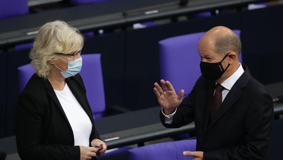 Finanzminister Olaf Scholz und Justizministerin Christine Lambrecht im Bundestag