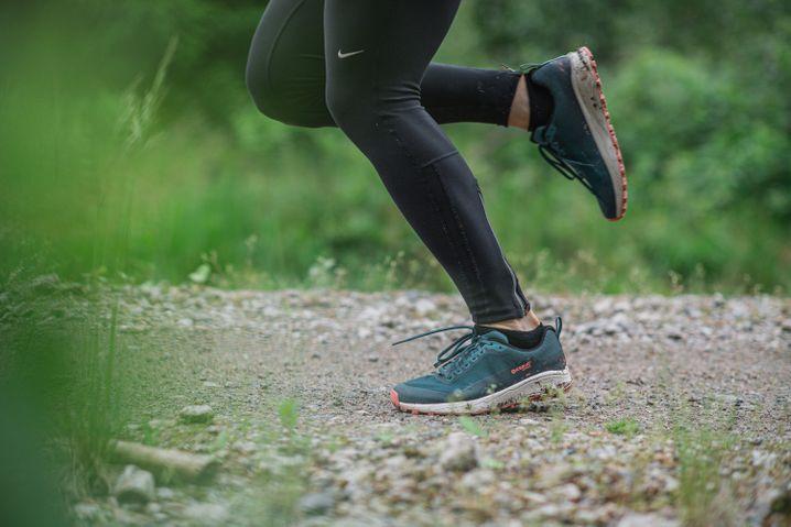 Wo Asphalt- und Betonwege enden, beginnt das Trail-Running: Die Schuhe werden hier oft stärker beansprucht als normale Laufschuhe und haben tendenziell einen höheren Verschleiß